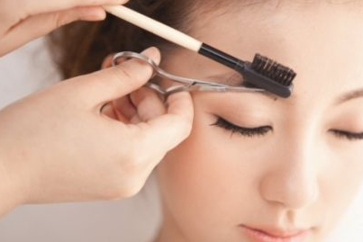 trimming-eyebrows (1)